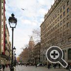 Desde la Plaza de Cataluña baja 250 metros a lo largo de la avenida del Portal del Àngel
