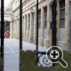 gireu a l'esquerra a través de la porta fins al Passatge del Patriarca