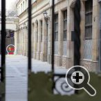 Поверните и войдите через ворота на Passatge Patriarca